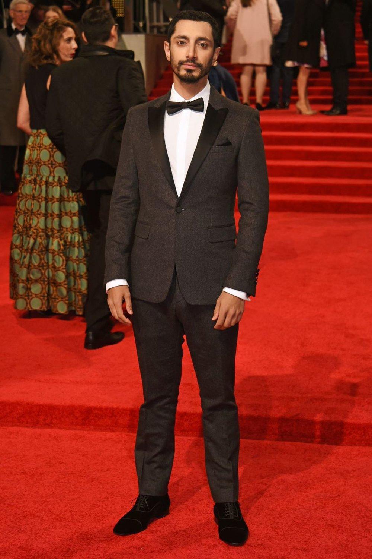 Riz Ahmed Mais uma vez o ator aparece na nossa pauta muito bem trajado. A escolha por um traje de lapela destacada se mostrou perfeita. Reparem como as medidas encaixam perfeitamente. Um clássico com ótimos toques modernos.