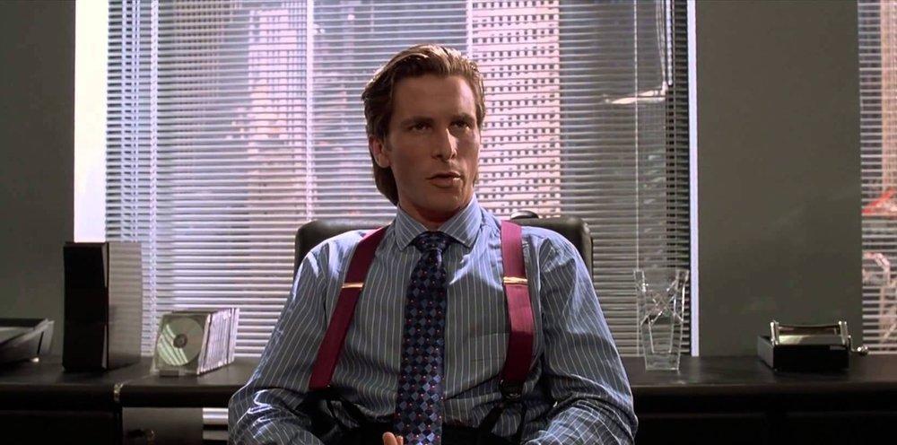 Psicopata Americano Já falamos sobre ele  aqui . Também inspirado na vida dos principais executivos de Nova York, o filme narra a vida de Patrick Bateman (Christian Bale). Belíssimos trajes, acessórios, direção de arte e muitos pingos de sangue.