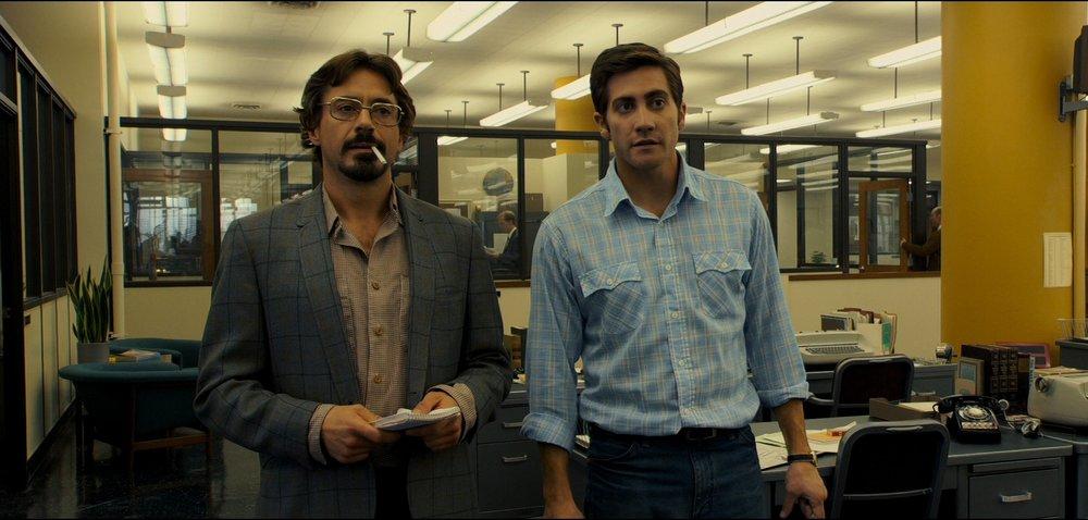 Zodíaco Dirigido por David Fincher, esse filme conta a história real do maior serial killer dos Estados Unidos. Ambientado nos anos 60, 70 e 80 ele conta também com Robert Downey Jr, Jake Gyllenhaal, Mark Ruffalo e mais uma leva de grandes atores muito bem caracterizados na California de 50 anos atrás.