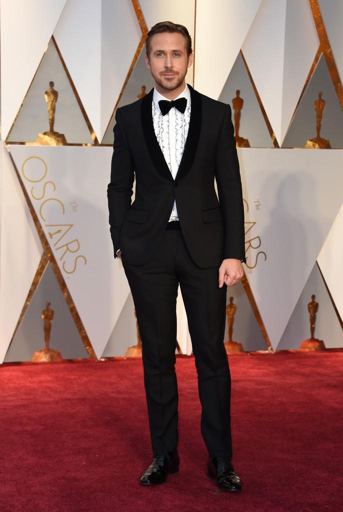 Ryan Gosling Confessamos que não entendemos muito bem a escolha da camisa. Babados e excesso de textura para um evento desse calibre soam polêmicos. Mas vá lá. Mais uma vez o crédito do cara fala mais alto. Vale ressaltar, mais uma vez, a impecável construção do traje - medidas exatas e corte perfeito.