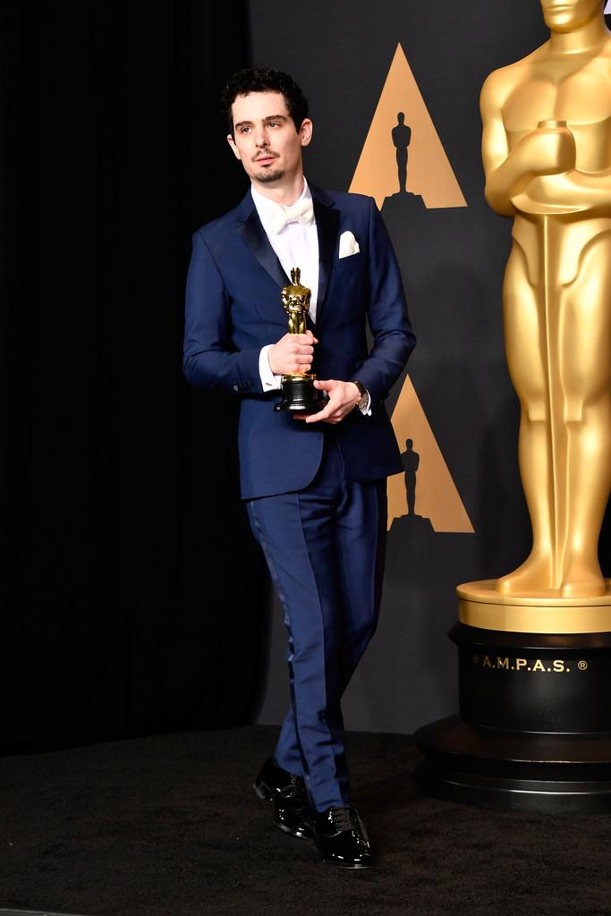 Damien Chazelle O jovem e igualmente talentoso diretor (premiado com o Oscar) mais uma vez mostrou que sabe se virar também com o figurino. Com um traje azul e gravata e lenço brancos, ele desferiu uma combinação menos tradicional que esbanjou elegância e sabedoria.