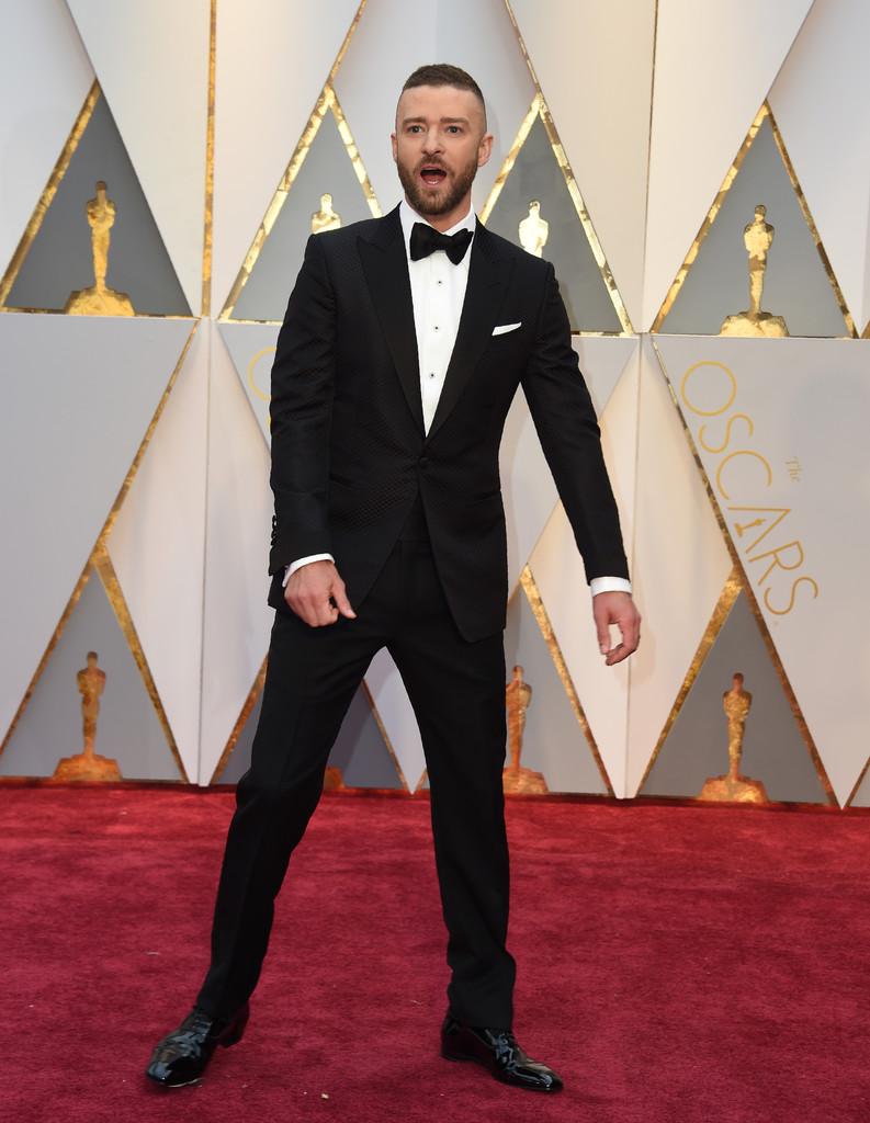 Justin Timberlake Conhecido por algumas escolhas polêmicas e exageradas, o cantor/ator merece todos os elogios pelo traje de domingo. Preto, com uma leve textura, lapela  peak  (em ponta) e um discreto lenço no bolso para completar um dos costumes mais elegantes do evento.