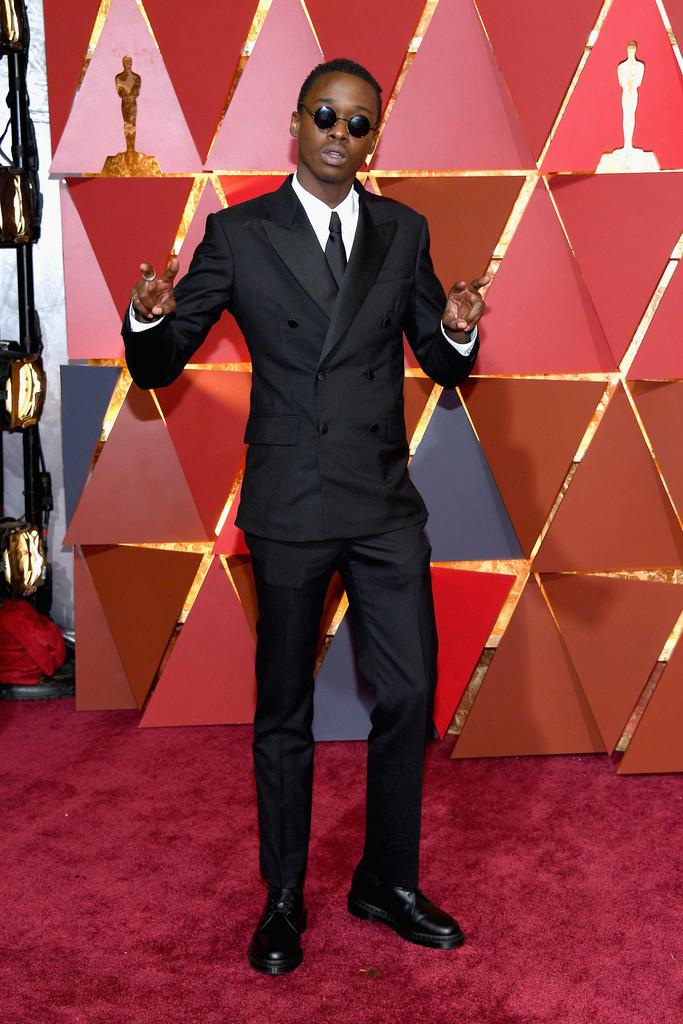 """Ashton Sanders Elogiadíssimo pela sua atuação em """"Moonlight"""", o jovem ator também recebe aplausos pelo visual de domingo. Também optando por um modelo transpassado (que faltou desabotoar o último botão), Sanders entra na nossa galeria como revelação em termos de atuação e figurino."""