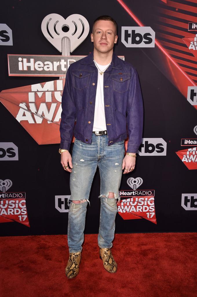 Macklemore A gente já falou aqui como  jeans com jeans  pode ser uma combinação legal. No caso do rapper, mudaríamos a jaqueta azul por uma preta, por exemplo. Ou marrom escuro. Mas isso chega a ser capricho. O erro mesmo ficou na hora de escolher o calçado. Bota de couro estampado não cabe em nenhuma ocasião. Um modelo liso mudaria tudo.