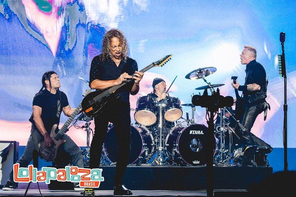 Metallica Seguindo na parte mais sombria do festival, mas agitando um pouco mais, tivemos nada menos do que Metallica para encerrar o primeiro dia. Muito preto, sim. Mas algumas texturas e estampas discretas ajudaram a não deixar o visual chato demais. Como se alguma coisa nesse show fosse ficar chata...