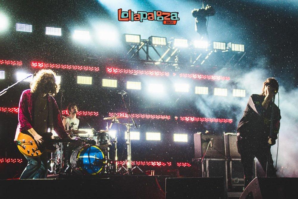 Strokes Em mais uma passagem pelo Brasil, os (ex-)meninos do Strokes encerraram o festival com um forte toque de nostalgia. Não apenas pelas músicas e riffs inesquecíveis, mas também pelas barrigas avantajadas e figurinos estranhos. Nesses últimos casos, nos voltemos ao vocalista Julian Casablancas. Declarações polêmicas no microfone, excesso de peso e um verdadeiro coquetel de informações no figurino. Mas claro: nada que abale o imenso crédito que a banda mantém vivo há muitos anos.