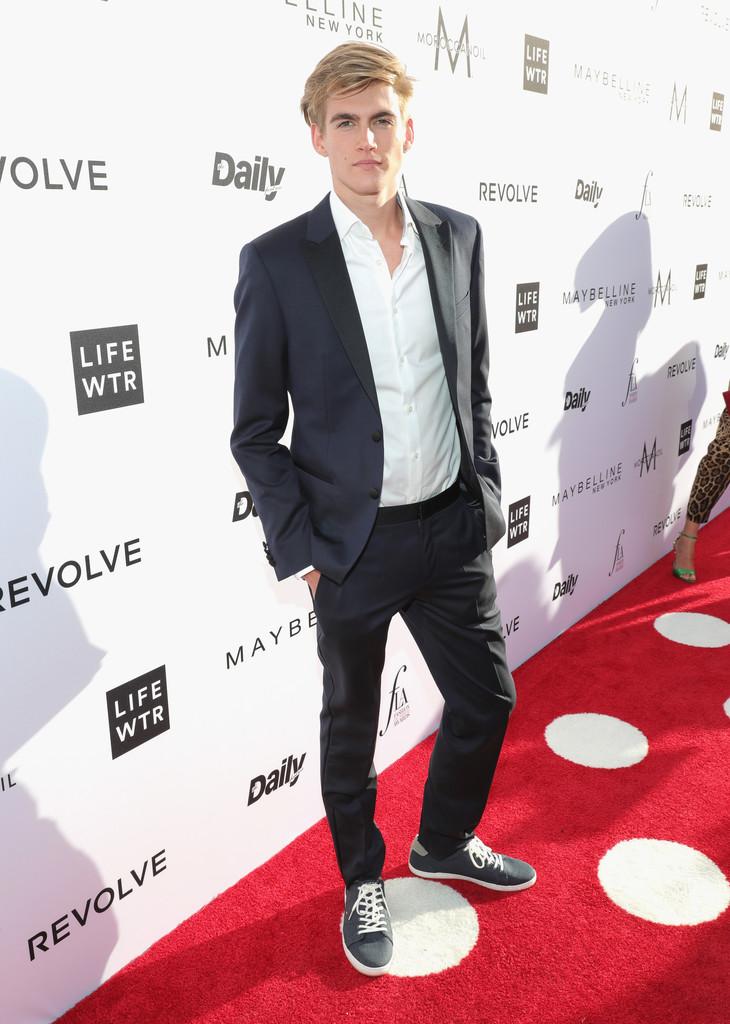Presley Gerber Filho da ex-modelo internacional Cindy Crawford, o rapaz de apenas 17 anos mostrou que tem intimidade com a moda. Faltou caprichar um pouco mais no calçado. Um sapato marrom ou preto formariam uma combinação bem melhor.