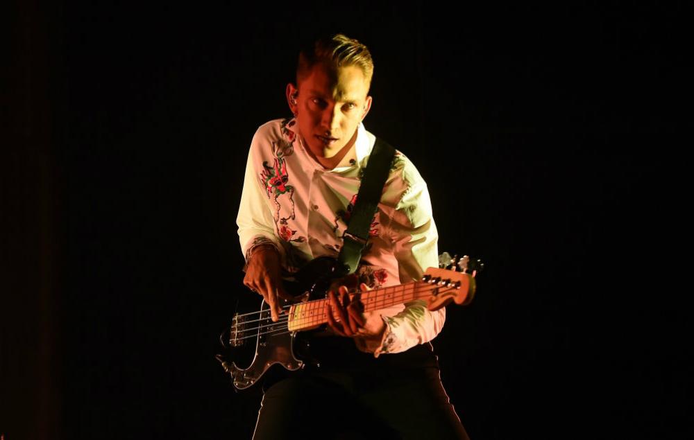 The xx Depois de encantar o Brasil no Lollapalooza, a banda britânica rumou para o deserto americano vestindo (no caso do vocalista Oliver Sim) um figurino menos dark, com uma camisa estampada interessante. Diferente, mas totalmente adequada.