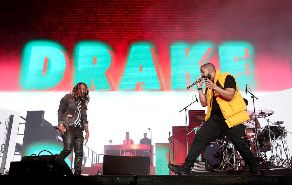 Future e Drake Que dupla! O primeiro, que já passou por aqui na figura de referência, investiu em um visual mais  skinny , com jaqueta jeans, camiseta listrada e calça de couro (única parte dispensável do conjunto). Já o moço da direita mais uma vez aprontou das suas com camiseta e calça pretos (até aí tudo bem) e um colete (quase fosforescente) por cima. Mas é aquela coisa: quem somos nós para criticar um cara como o Drake?