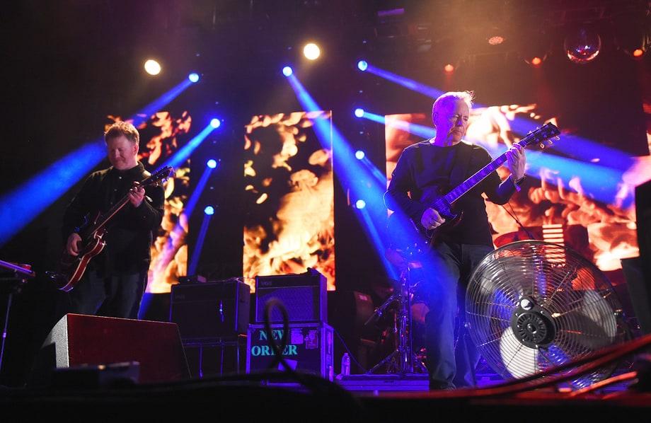 New Order Experiência, sabedoria e muitos hits. Esse é o New Order. Roupas escuras e poucos detalhes. Precisa de mais?