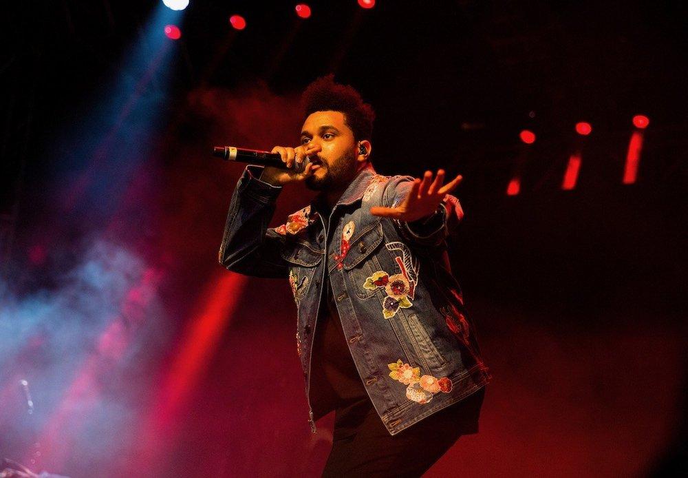 The Weeknd Outro que abalou as estruturas brasileiras no último Lolla, The Weeknd subiu até o Coachella para fazer bonito mais uma vez. Com uma jaqueta jeans cheia de desenhos estampados, o cara foi também um dos destaques. Na medida certa, para dar originalidade e não descambar para o exagerado.