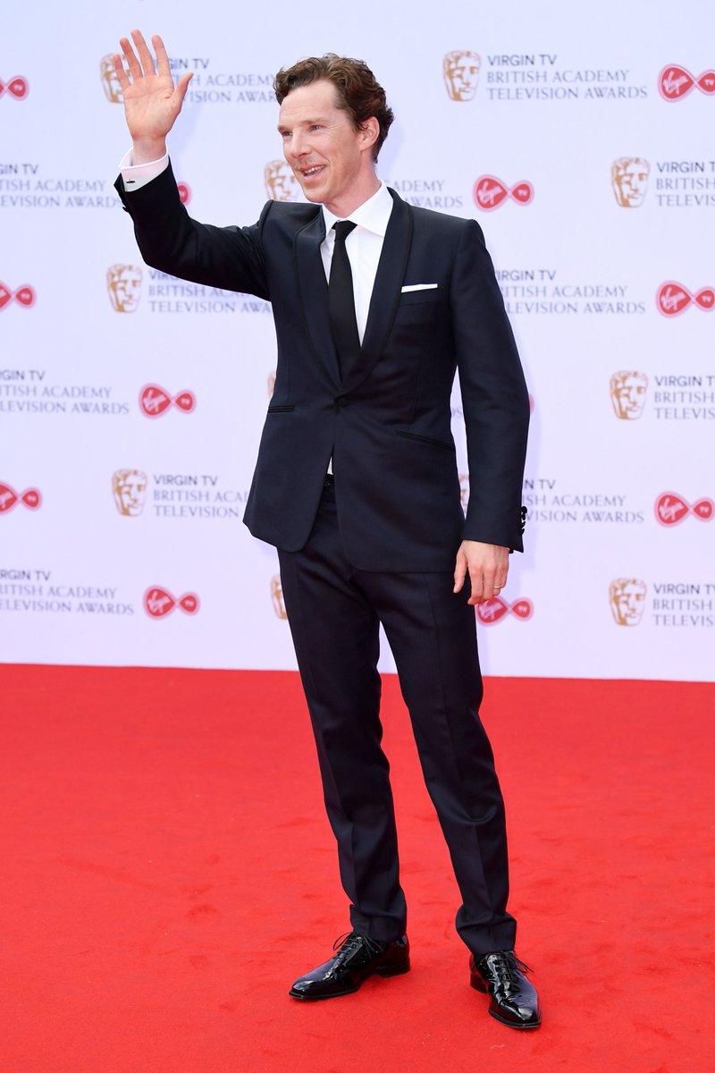 Benedict Cumberbatch Por último aquele cara que não nos deixa muita alternativa. É sempre um exemplo de elegância e bom gosto. Para a noite de ontem, o ator investiu em um traje marinho de lapela redonda e, claro, medidas exatas.