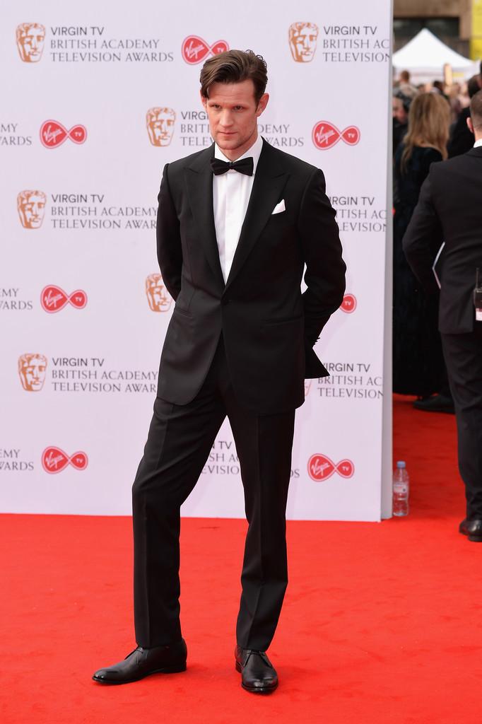 Matt Smith Trajando um modelo mais clássico de smoking, o excelente ator britânico obedeceu com muita exatidão as tradições da alfaiataria local. Lapelas  peak (em ponta) e um discreto lenço no bolso. De novo: precisa mais?
