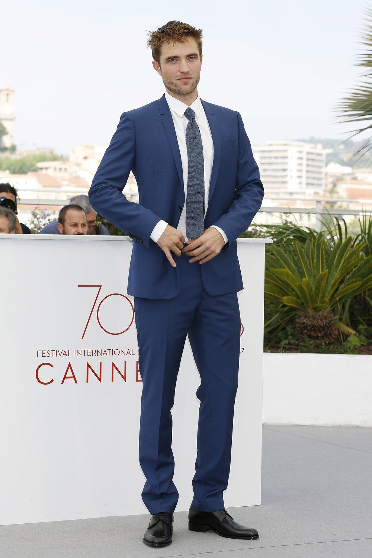 Robert Pattinson Como já falamos aqui algumas vezes, o Festival de Cannes permite figurinos não tão fechados e formais. É comum vermos trajes de tons mais claros e vibrantes. E Robert Pattinson soube usar essa liberdade com muito bom gosto. A cor é sim mais clara e viva do que as tradicionais, mas combina com o ambiente: céu azul, mar, sol... Segundo as regras mais clássicas de etiqueta, o ambiente deve sempre ser considerado na hora de escolher a roupa.