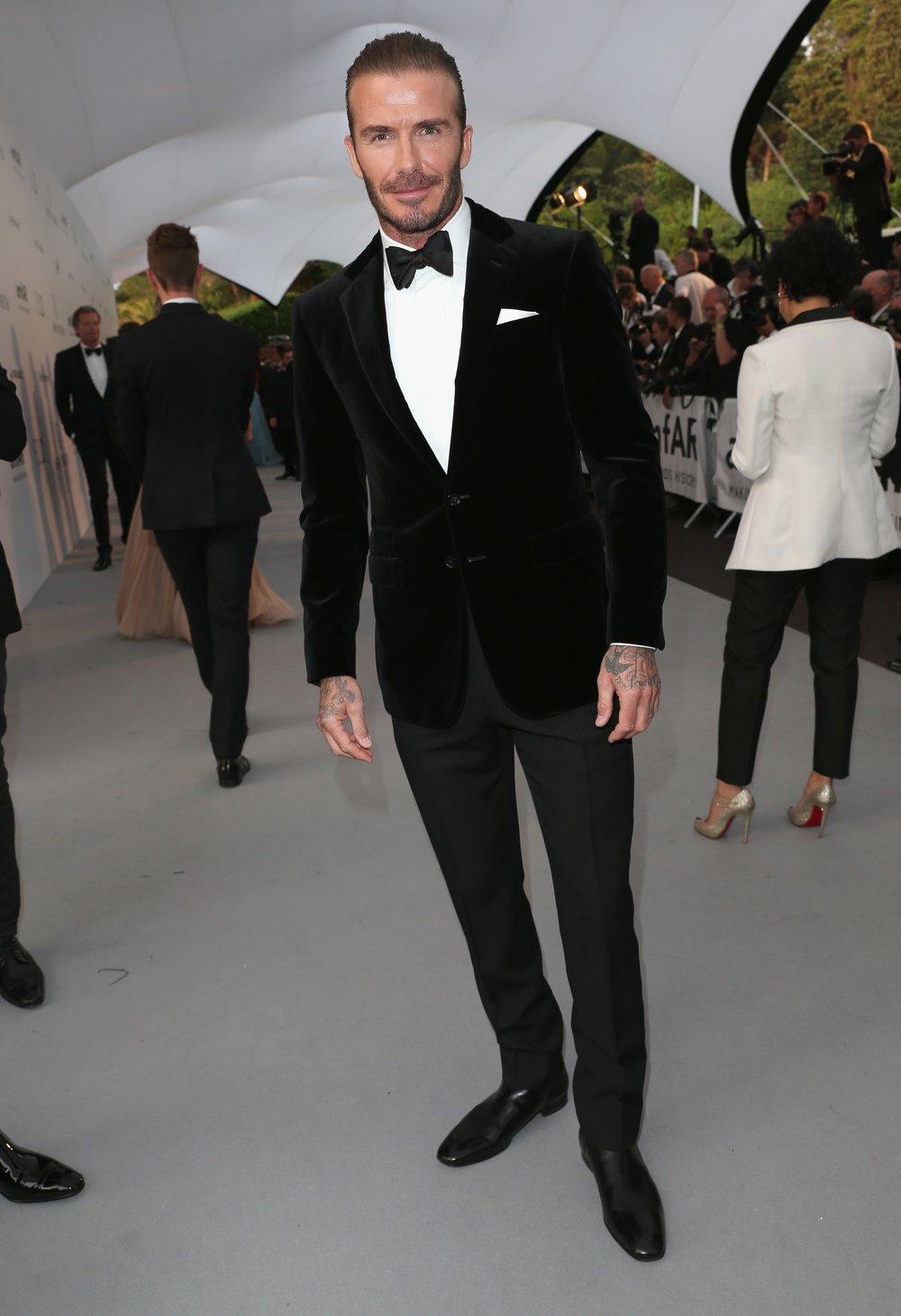 David Beckham Somos fãs do cara. Sempre uma grande referência de estilo em diferentes ocasiões. Dessa vez foi com um paletó aveludado, quebrando um pouco a falsa ideia de que a calça e o casaco devem ser do mesmo tecido. Se combinam, por que não? Destaque para o lenço no bolso e para o inédito cabelo lambido.