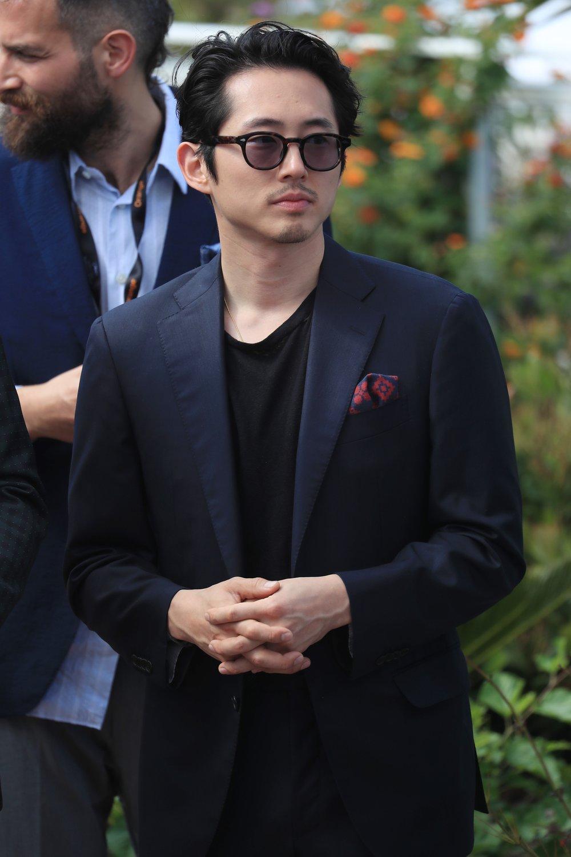 Steve Yeun Mas se Adrien Brody é formal demais, tomemos o ator Steve Yeun como exemplo de como estar um degrau abaixo em formalidade, mas no mesmo nível de elegância. Substituir a camisa por uma camiseta é um passo simples que funciona bastante. O lenço no bolso figura como um coadjuvante de muito destaque. Perfeito.