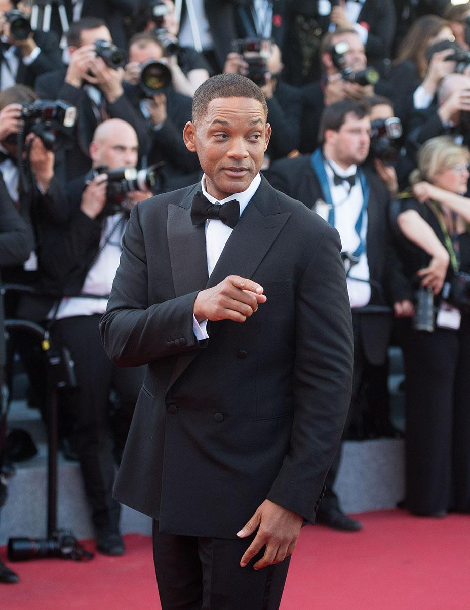 Will Smith Falamos do novo, mas também falamos com o clássico. E nada mais justo do que encerrar a galeria desse Festival de Cannes com Will Smith de blazer transpassado. Clássico na essência da palavra. Lapela larga, em ponta, e gravata no tamanho ideal. Mais uma vez o preto e branco virando destaque.