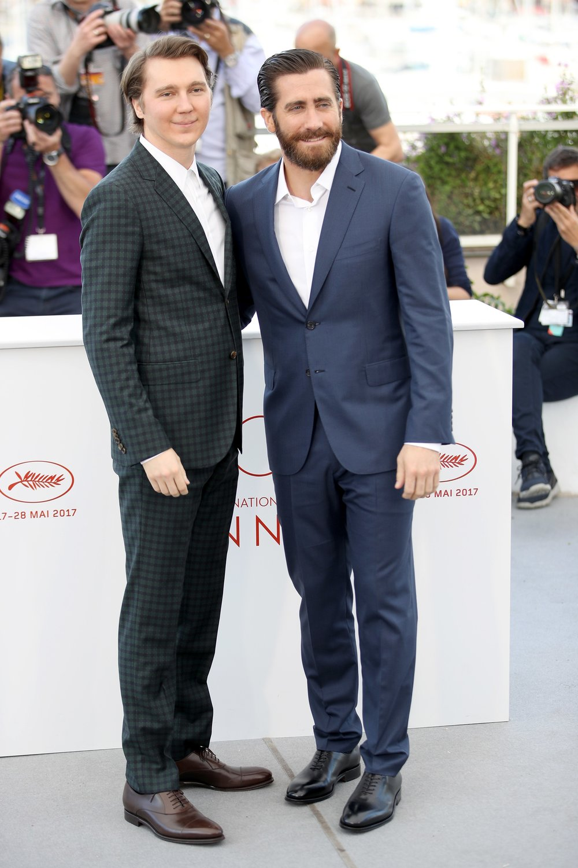 Paul Dano e Jake Gyllenhaal Parecidos e ao mesmo tempo bem diferentes. O primeiro investiu em um traje com textura, enquanto que o outro foi para o liso. O primeiro escolheu um tom mais sóbrio, enquanto que o segundo foi para uma cor mais viva e menos tradicional. O primeiro dispensou a gravata sem abrir o colarinho (sim, a  air tie ), já o segundo - apesar de também deixar a gravata de lado - também abriu o colarinho, deixando a coisa mais confortável e igualmente elegante. Quem se saiu melhor? De formas diferentes eles estavam igualmente bem vestidos.