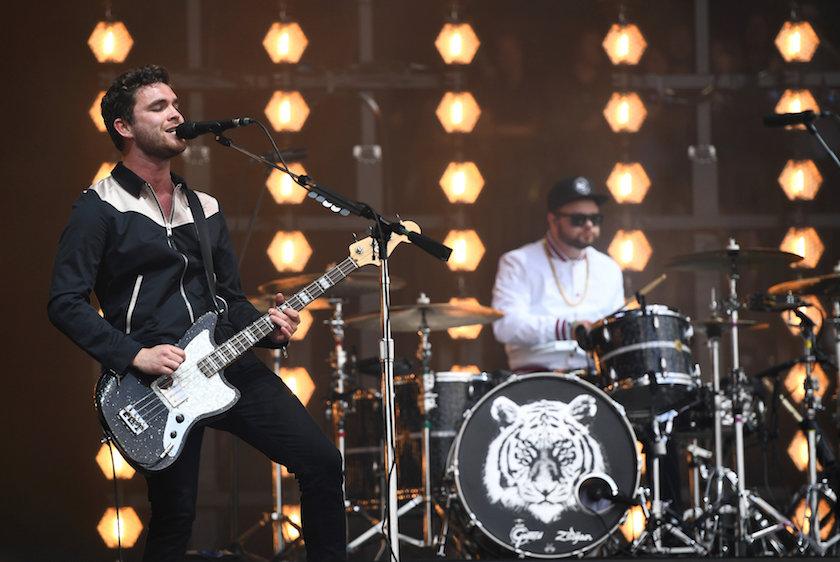 Royal Blood Surfando a onda do sucesso que o recente 2º álbum vem criando, a dupla de Brighton, com pouco mais de 4 anos de carreira, se destaca também pelas roupas. Lembrando o Arctic Monkeys dos anos 2012/13 eles misturam referências e criam algo bem original e que merece ser também saudado.