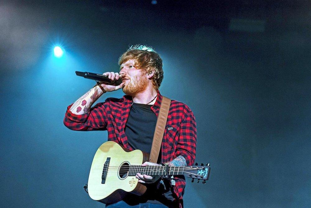 """Ed Sheeran Também aproveitando o enorme sucesso, mais especificamente do hit """"Shape of You"""", Sheeran é outro que mantém o mesmo figurino há anos:camisa xadrez com calça jeans. Ruim? De forma alguma, mas variar um pouco não faz mal a ninguém."""