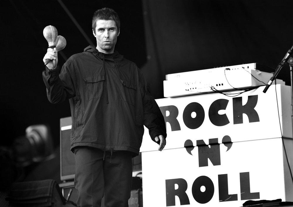 Liam Gallagher Esse sim já foi considerado um dos mais elegantes do rock. Tão polêmico quanto o seu temperamento é o seu gosto para roupas. Por vezes acerta em cheio. Mas de vez em quando erra feio. Dessa vez não foi nem 8 nem 80. Tirando o fato de o abrigo ter espaço para dois Liams dentro, diríamos que ele foi feliz na combinação.