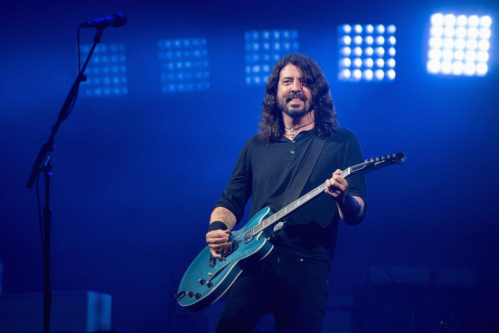 Foo Fighters O que dizer dessa banda que quase não muda há décadas e segue sendo referência e adorada ao redor do mundo? Dave Grohl não é o rockstar mais bem vestido do mundo. E ele sabe disso. Mas ele se preocupa em manter uma identidade e estilo únicos, vestindo preto 95% do tempo. Simples e, acertando ligeiramente no caimento,como ele, é pura elegância.