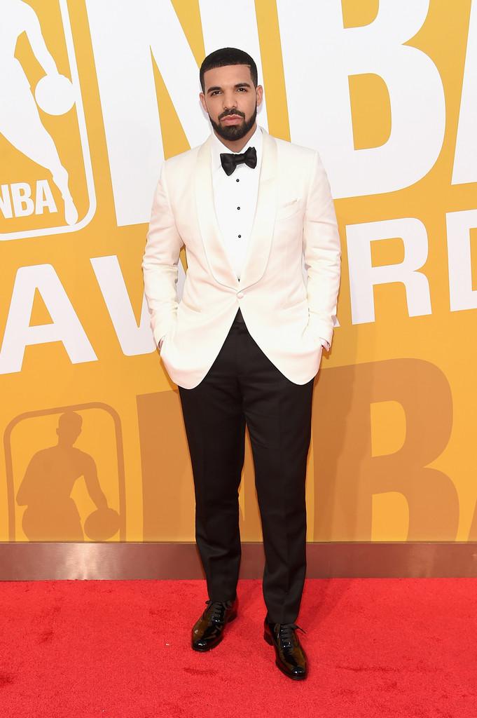 Drake No papel de anfitrião da noite, o rapper (que também é executivo do Toronto Raptors) mostrou bom-humor e elegância na noite de ontem. O smoking branco, com lapelas  shawl  (arredondada) e poucos detalhes foi uma decisão acertada. Classe e bom gosto.