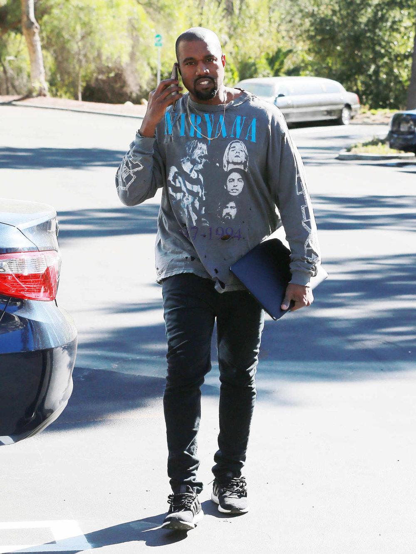Camiseta de banda Meio óbvio, mas trata-se de um legado tão importante e presente na moda hoje em dia (olha o Kanye West vestindo Nirvana, por exemplo) que não podemos deixar de falar. A indústria das camisetas é gigantesca no mundo todo, e o rock tem papel fundamental nisso tudo através das mais variadas estampas.