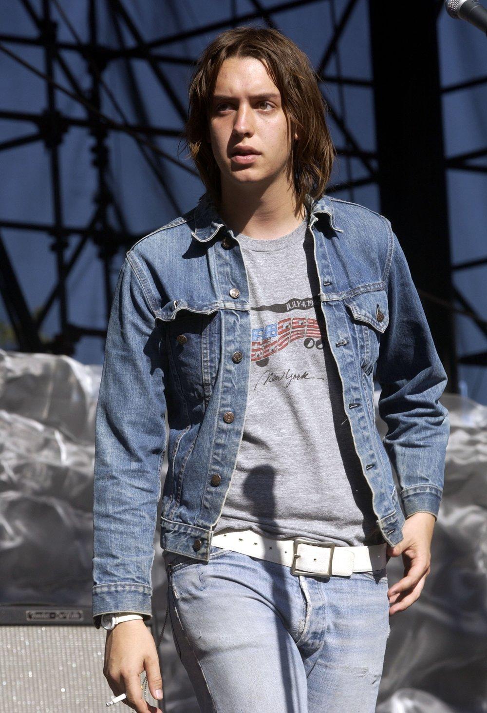 Jeans Não que o jeans tenha nascido no rock. Claro que não, mas com certeza ele faz parte do figurino de muito rockstar importante. Pode ser rasgado, manchado, justo ou novinho. Todos eles, de uma forma ou de outra, estão presentes no hall da fama do rock.