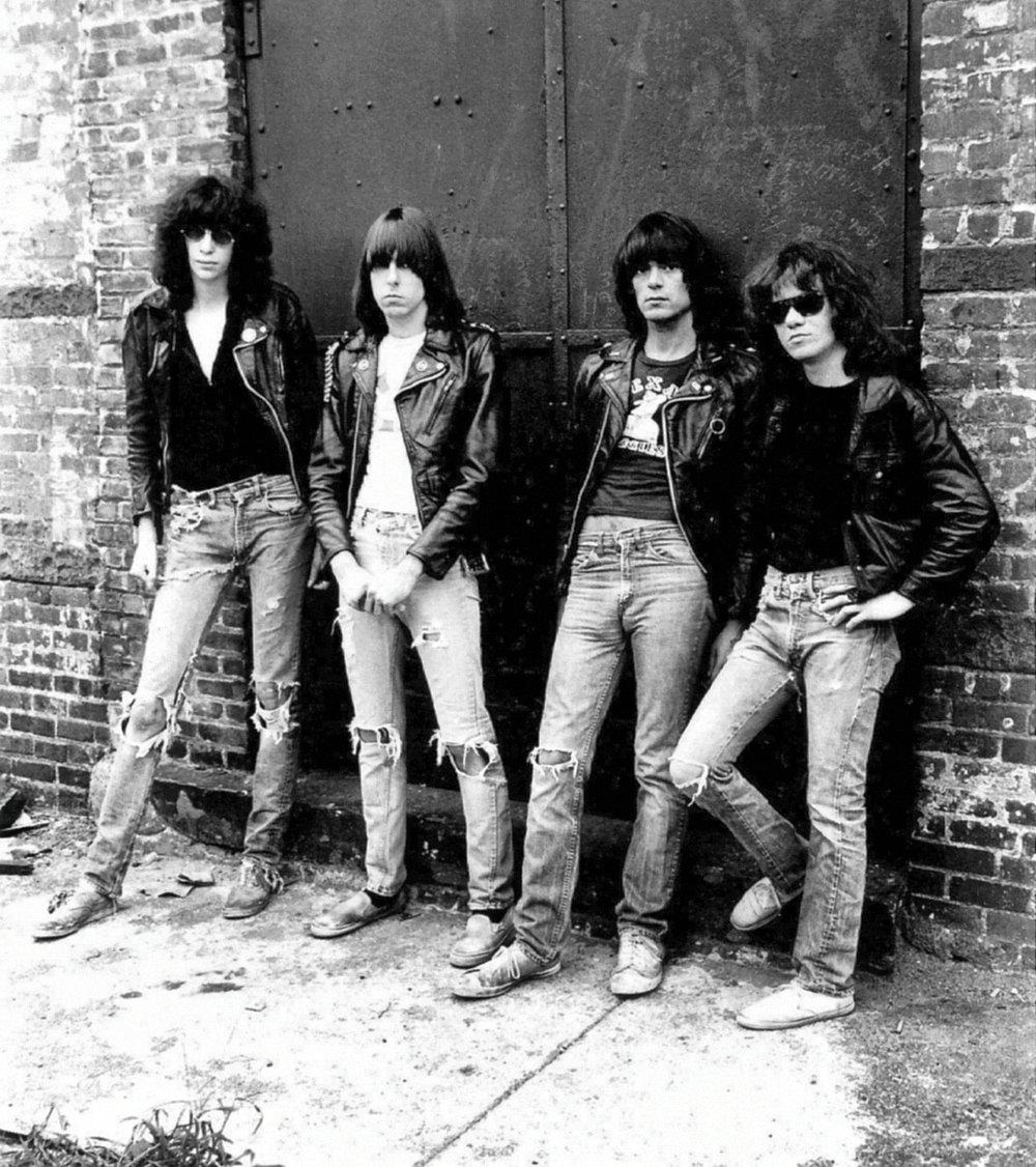 Tênis Principalmente os modelos de lona, que nos anos 40 e 50 eram considerados tênis esportivos. Desde os anos 70 esses modelos (semelhantes aos usados pelos Ramones acima) acompanham a história do rock. Não à toa que hoje em dia muitas marcas estampam logos de bandas e outros elementos do gênero em seus modelos.