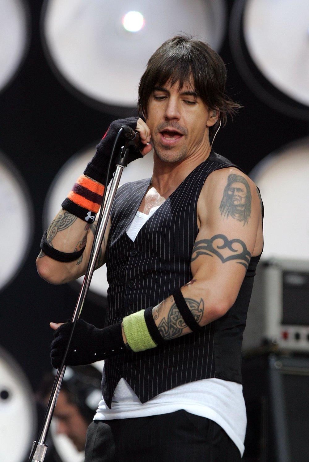Tatuagens O rock rende muita tatuagem. Letra de música, capa de álbum, logo de banda, instrumento musical e tantas outras. E muitos rockstars de peso (como o Anthony Kiedis ali) adotaram a arte e têm tattoos que são como marcas registradas.