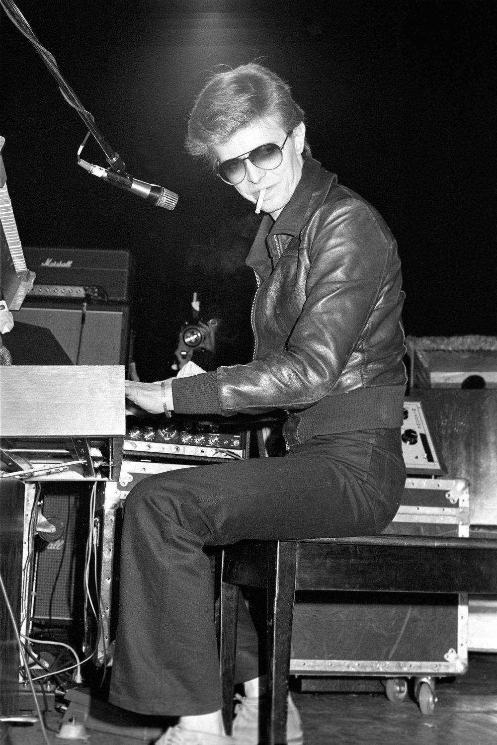 Jaqueta de couro David Bowie (foto) nem era um dos seus maiores usuários - na verdade Bowie vestia de tudo, mas também é impossível pensar em rock n'roll sem lembrar dela. Com certeza a alternativa mais recorrente entre os adeptos do gênero para os dias mais frios. E dá para discordar?