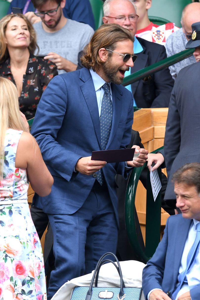 Bradley Cooper Novamente marcando presença no torneio (ele é frequentador assíduo de partidas de tênis), o ator americano acertou nos tons de azul e nos óculos. E se cabe uma sugestão: sapatos marrons - combinariam muito bem com o resto.