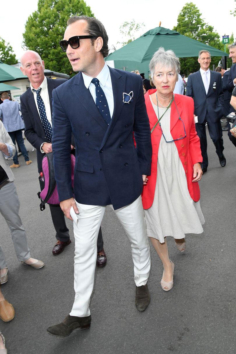 Jude Law Falando em tradição e alfaiataria, reparem nesse traje do ator britânico. Medidas perfeitas e combinação inteligente. O blazer transpassado dá um toque clássico que é balanceado com uma calça clara e sapatos de camurça.