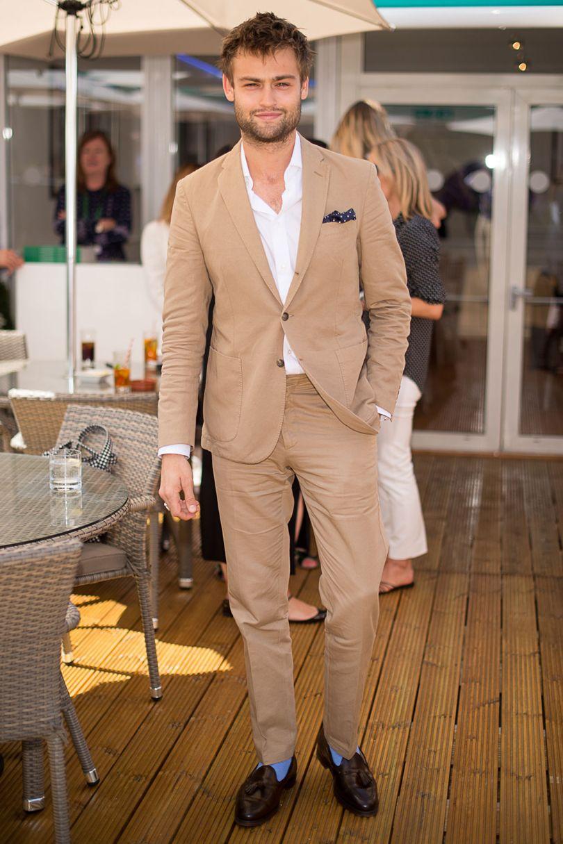 Douglas Booth Mesmo acerto do jovem ator inglês. Em países como Itália e Inglaterra, homens vestem trajes escuros no inverno e trajes claros no verão. É uma questão cultural de adequação. E fazendo como o cara aí de cima, acertando no alfaiate, o resultado é sempre elegante -independente do tom escolhido.