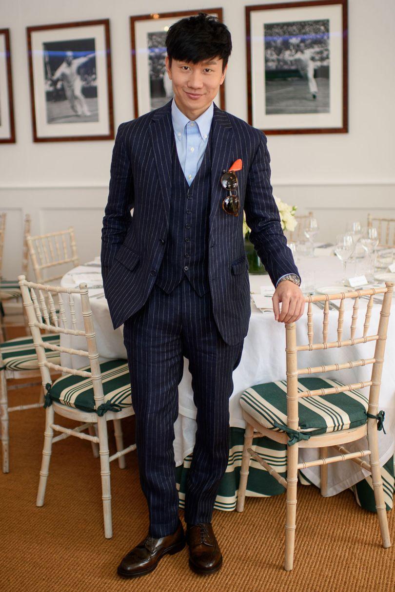 JJ Lin De Singapura para Wimbledon e depois para os blogs de moda masculina. O terno (calça, paletó e colete) com risca foi uma bela escolha. E a  air tie  também funcionou, deixando um costume clássico com um toque de modernidade interessante.
