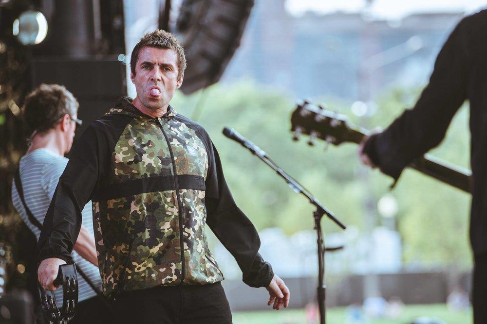 Liam Gallagher Matando um pouco a saudade dos órfãos de Oasis, Liam abre a nossa galeria. Tirando a careta e a tradicionalíssima ousadia, tivemos um figurino esportivo ao melhor estilo britânico: elegante e simples, mesmo com a estampa camuflada.