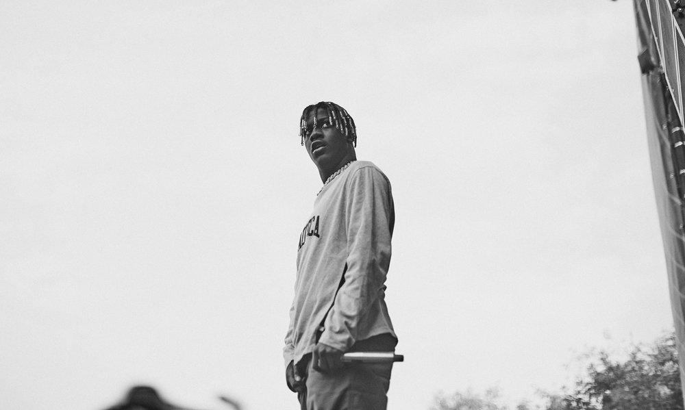 Lil Yatchi 19 anos de idade e já é um dos principais nomes da nova geração do hip hop americano. E claro que um pouco desse talento tem que estar no figurino - para o bem ou para o mal. Ele não é o rapper mais elegante. Nem o mais cafona. Mas é um dos mais icônicos e criativos. Ou seja, em termos de estilo ele já merece reconhecimento.