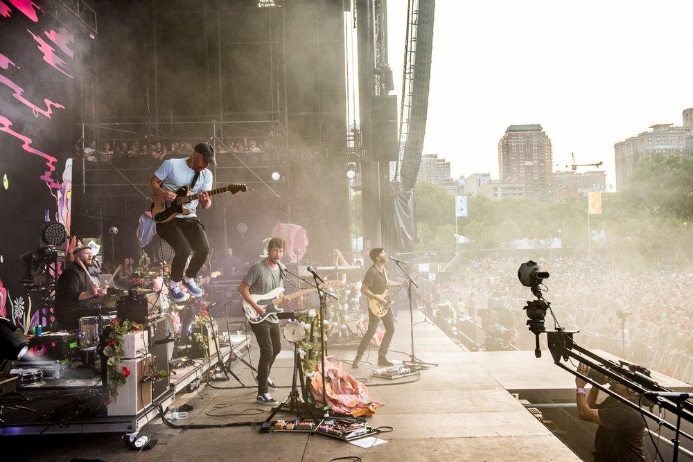 The Shins Mantendo acesa a chama do indie rock, os Shins mostraram a experiência de 20 anos de carreira no som e no visual. Reparem: todos com roupa básica. Tudo bem combinado e de tamanhos certos - o que torna a combinação mais simples em algo elegante.