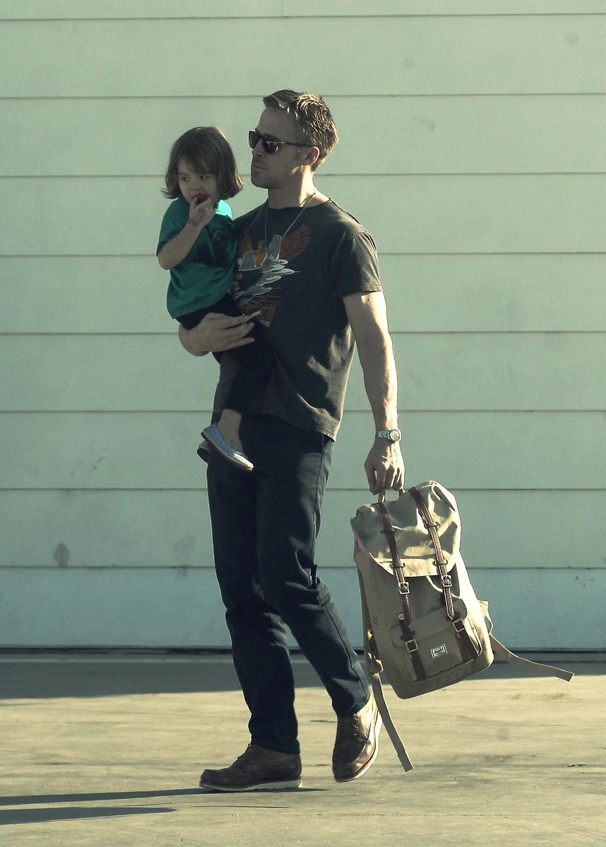 Ryan Gosling - 36 Representando a geração mais jovem de pais, Gosling aparece aqui mais para mostrar como virar pai não significa, necessariamente, virar velho. Significa amadurecer e provavelmente aumentar o espectro de responsabilidades. Porque, como todos estamos carecas de saber (e careca aqui não tem nenhuma conotação negativa), bom gosto e elegância nunca foram problema pro cara. Aliás,se manter fiel ao próprio estilo é também uma boa parte dessa etapa da vida.