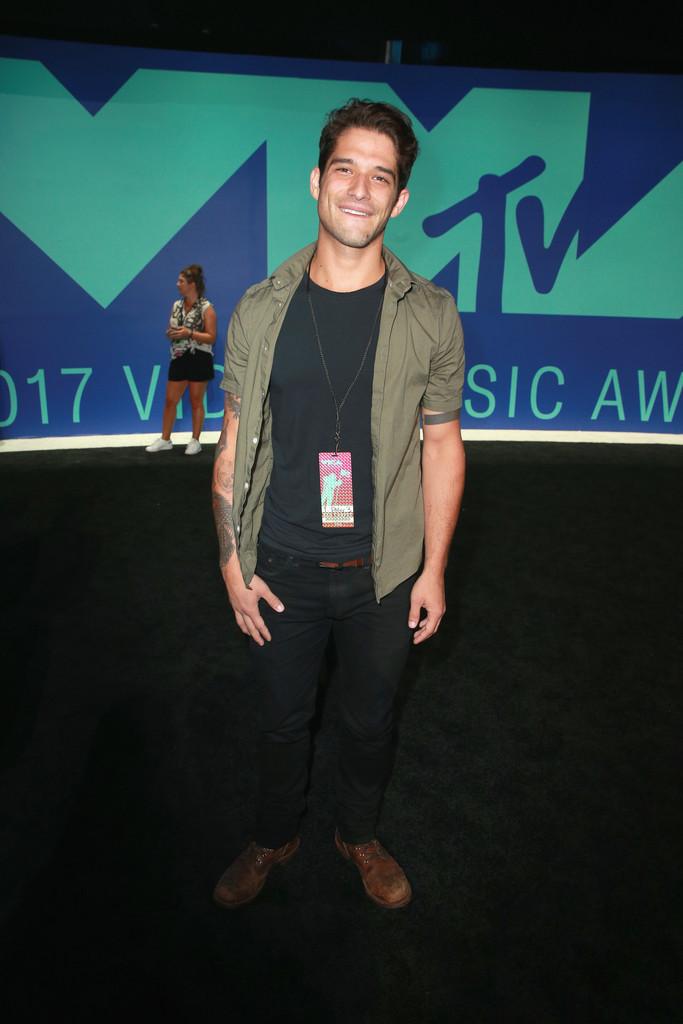 Tyler Posey Ator da própria MTV, Tyler se mostrou em casa também com o figurino. Tons terrosos, sem ficar sem graça e nem forçado demais. Relax, mas com capricho no corte da camisa e da calça. Mandou bem.
