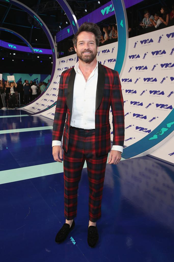 Ian Bohen Outro que estava literalmente em casa (ele também é ator da MTV) foi Ian Bohen. Uma interessante escolha de estampa para um traje de lapela  shawl (arredondada). A ausência da gravata nem foi sentida, mas fechar o botão do paletó poderia ajudar na elegância do conjunto. Fica o destaque para a barba e o sapato sem meia.