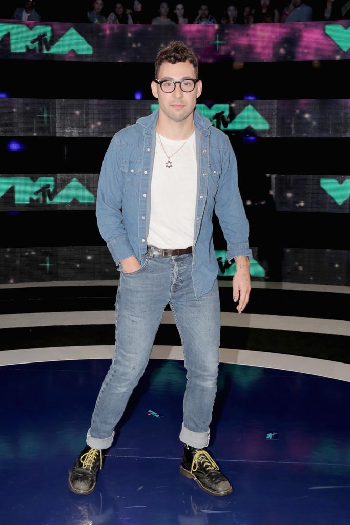 Jack Antonoff A gente já falou  aqui  que jeans com jeans é uma combinação possível.Antonoff fez bem em abrir a camisa, deixar a camiseta branca quebrar o tom sobre tom de forma discreta. Nos pés, botas velhas. Uma combinação infalível. Confortável e de bom gosto.
