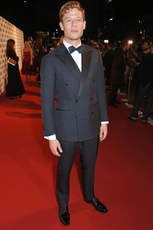James Norton Outro que trouxe a elegância adequada no azul. Com um paletó transpassado e lapelas  peak (em ponta), o ator britânico foi um dos mais elegantes da noite.