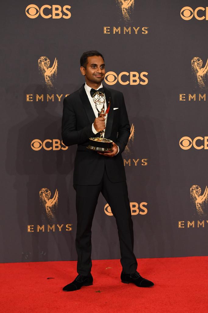 Aziz Ansari Também mostrando o mesmo bom gosto das telas na vida real, Aziz escolheu um smoking preto clássico. Lapelas arredondadas, lenço no bolso e um alfaiate preciso. Ingredientes infalíveis para um bom figurino de gala.