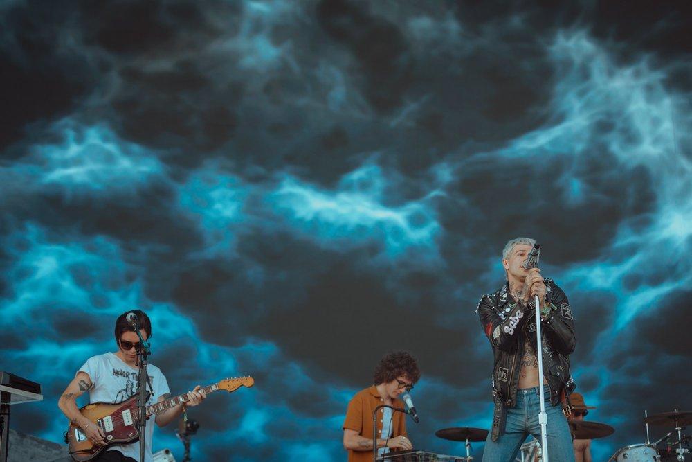 The Neighbourhood Presentes da edição brasileira do Lollapalooza, os americanos acima repetiram o figurino. Alternativo, punk, rock - como manda o protocolo de banda de rock. Ficou faltando, assim como no LollaBR, algo por baixo da jaqueta de couro.