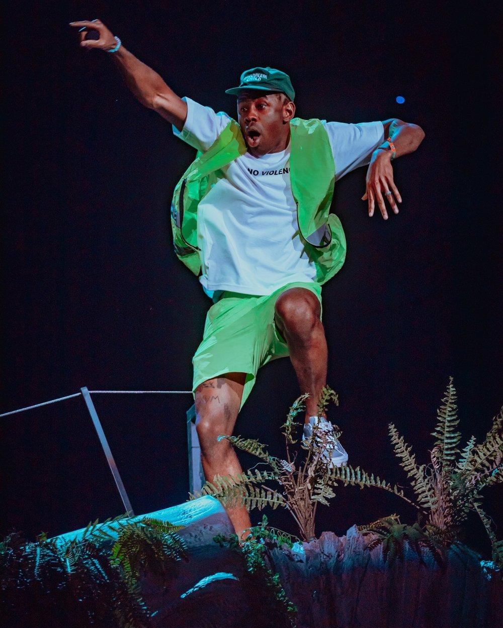Tyler, The Creator Já falamos por aqui o quanto admiramos o visual bem humorado e original do rapper americano. Cores, estampas e combinações nada convencionais fazem dele um dos caras mais criativos do ramo não somente nas letras das músicas.