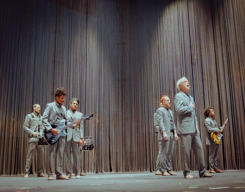 David Byrne Falando em criatividade, temos aqui um dos seus principais expoentes musicais dos últimos 30/40 anos. David Byrne (ex Talking Heads) novamente foi um dos destaques do festival (foi assim no Lollapaloooza Brasil) com um show diferente, rico em simplicidade e carisma. Sem falar no figurino do conjunto que tava alinhadíssimo e foi uma atração à parte.