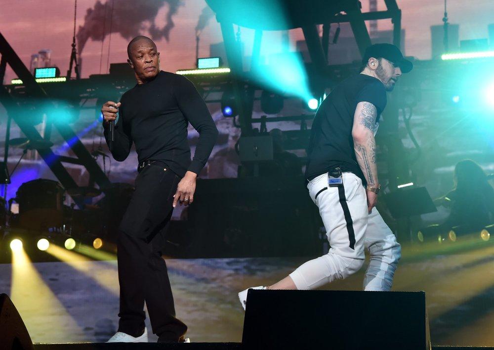 Eminem Outra atração aguardadíssima do festival, Eminem reuniu amigos como Dr Dre (foto) e 50 Cent para mais uma apresentação histórica. Em termos de figurino, nada de muito inspirador. Simples e direto, como as rimas dele.