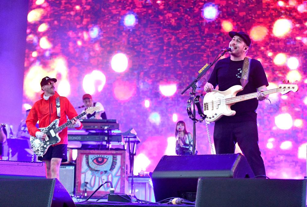 Portugal. The Man Incorporando um pouco dessa mistura que é o Coachella, a banda americana foi uma das mais elogiadas do evento. Com roupas que iam desde as mais coloridas e estampadas até as mais minimalistas e monocromáticas, eles representaram bem essa miscigenação musical no figurino. Ponto pra eles.
